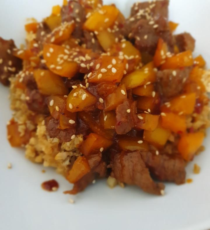 Recept | Bloemkoolrijst met runderwokpuntjes in een zoet/pittigesaus